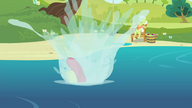 S04E20 Apple Bloom wskakuje do wody