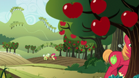 Apple family working at Sweet Apple Acres S9E7