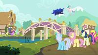 Ponies gather around new river bridge S9E13