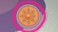 Sun-moon amulet in Twilight's aura S9E17