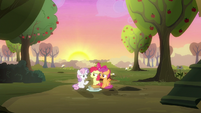 Sweetie Belle happy with her friends S8E10