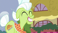 Granny Smith grinning widely S7E2