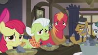 Apple family staring at Applejack S5E20