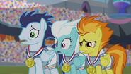S04E24 Wonderbolts urażeni śpiewem Spike'a