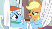 Applejack holding apple brown betty S4E10