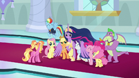 Twilight wraps her friends in her wings S9E26