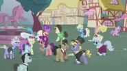 S05E18 Zamożne kucyki zebrane na placu w Ponyville