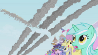 The crowd sees Rainbow Dash fly by S1E03