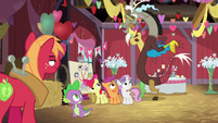 Discord appears behind Spike and the CMC S8E10
