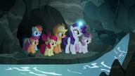 S07E16 Kucyki znajdują strumień wody przepływający przez jaskinię