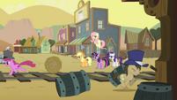 Main ponies look at Appleloosa S01E21