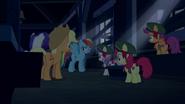 S06E15 Kucyki chowają się w stodole