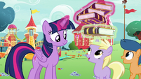 Twilight giving a journal copy to Dinky Doo S7E14