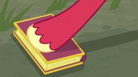 Big McIntosh closes the book of fairy tales S7E8