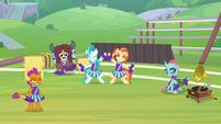 Cheer squad dancing during rehearsal S9E15