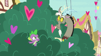 Spike pointing at Big McIntosh S8E10