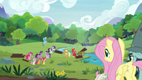 Main five and other ponies ready to help S7E5