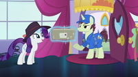 Rarity levitates package given by mailpony S5E15