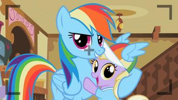 S02E08 Rainbow Dash robi sobie zdjęcie z Dinky.png