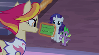 Fire Flare looking at Spike's note card S9E17