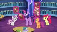 S06E19 Twilight przegląda książki