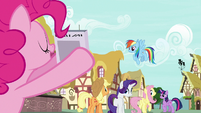 Pinkie Pie holds up new issue of Vanity Mare S7E19