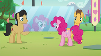 Pinkie staring at a mirror carried by Cherry Fizzy and Caramel S5E24