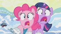 S01E11 Pinkie i Twilight na chwilę przez uderzeniem