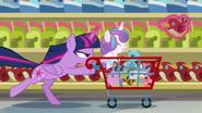 S07E03 Twilight pędzi z wózkiem po sklepie