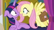 S07E20 Fluttershy mówi Twilight, że Tajemnica Maska to Meadowbrook