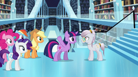 Twilight talking to the librarian S3E01