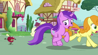 Amethyst and Golden Harvest chased by living apple S9E23