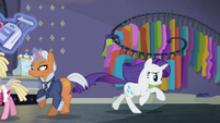 Salesponies run out as Rarity gathers her things S8E4