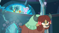 Yona running up to Starlight's prison S8E26