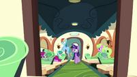 Twilight and Rainbow Dash on the train S03E11