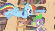 S02E20 Rainbow szepcze do Spike'a