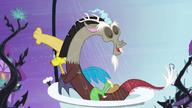S04E01 Discord w kąpieli