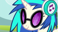 DJ Pon-3 looking at Twilight and Starlight S6E6
