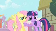 S01E22 Twilight broni Fluttershy