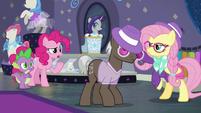 Pinkie Pie tries to talk to Fluttershy S8E4