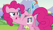 S05E24 Pinkie prezentuje znaczek Coloratury