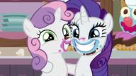 S07E06 Siostry uśmiechają się do zdjęcia