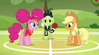 """Applejack """"meet in the middle of the field"""" S6E18"""