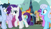 Rarity walking through the crowd of ponies S7E19