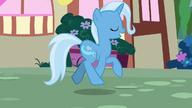 S07E02 Trixie beztrosko kłusuje przez Ponyville
