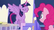 S07E11 Twilight nadaje Pinkie tytuł ambasadorki przyjaźni z jakami
