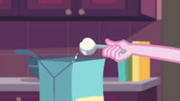 Pinkie Pie scooping baking powder EGDS30