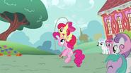 S02E18 Apple Bloom bawi się z Pinkie