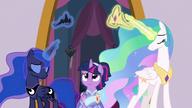 S9E26 Celestia i Luna lewitują swoje korony