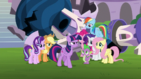 Twilight storming up to Chancellor Neighsay S8E1
